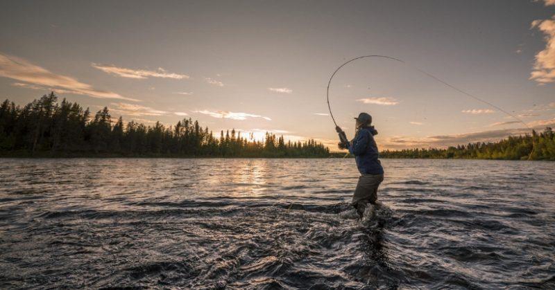Idee regalo per chi ama pescare: cosa comprare all'amico pescatore