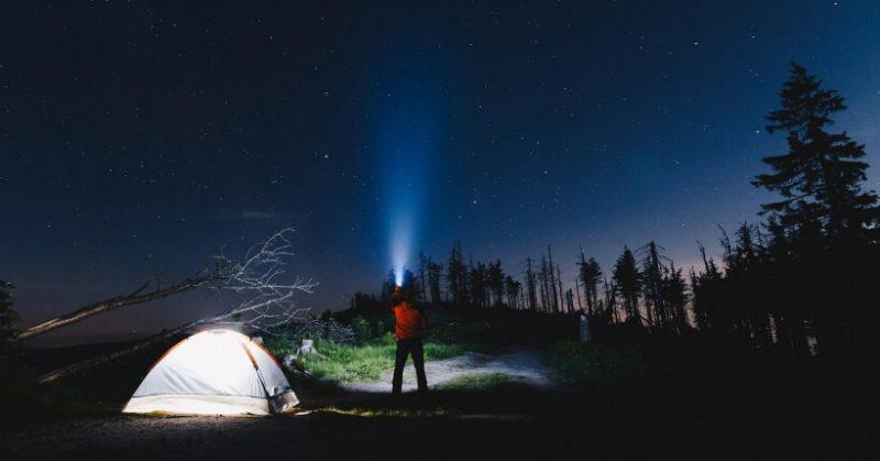 Torcia LED super luminosa: Quale comprare per campeggio e trekking