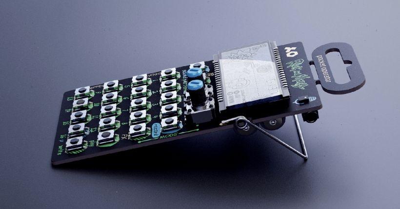 Teenage Engineering ha creato un oggetto rivoluzionario: il sintetizzatore tascabile PO. Storia e funzionamento del synth a forma di calcolatrice