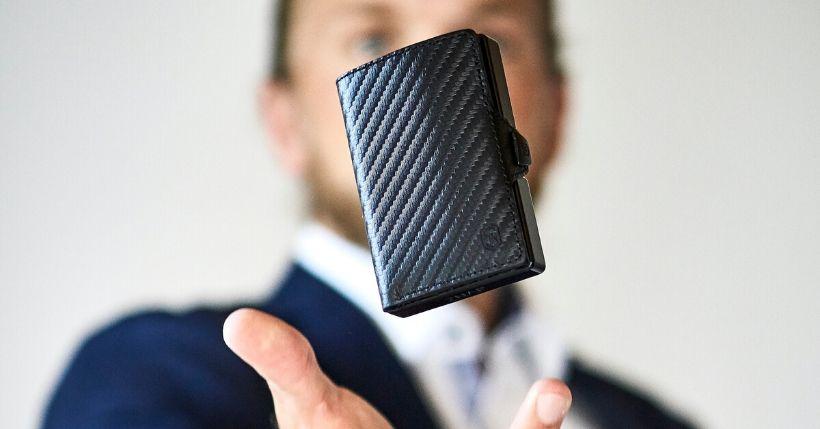Porta tessere Slimpuro: bellissimo portafoglio intelligente che ospita le tue carte